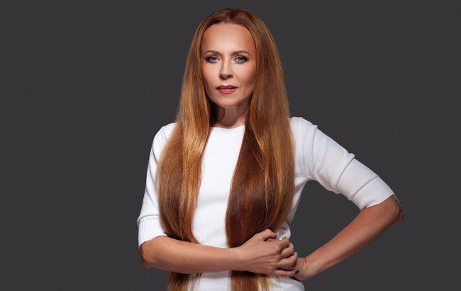Популярная ТВ-ведущая раскрыла ритуалы ухода за рыжими волосами: укладка держится до пяти дней