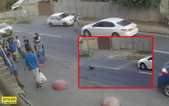 Врятував рюкзак: дитина дивом вижила після страшної ДТП у Харкові (відео)