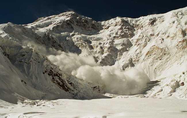 Фото: Схождение лавины (alp.org.ua)