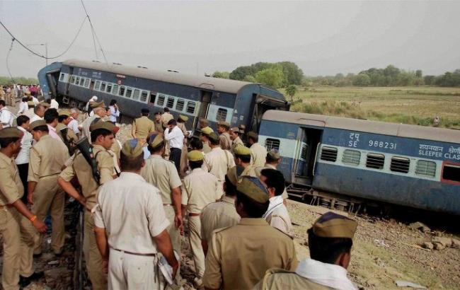 Как минимум 12 человек погибли при сходе поезда срельсов вИндии