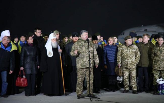 Фото: Петр Порошенко с освобожденными из плена на Донбассе (РБК-Украина)