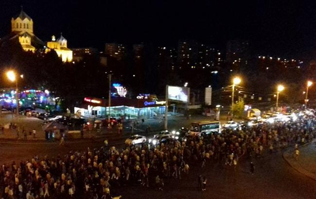 Фото: в Ереване поддержали захват полицейского участка