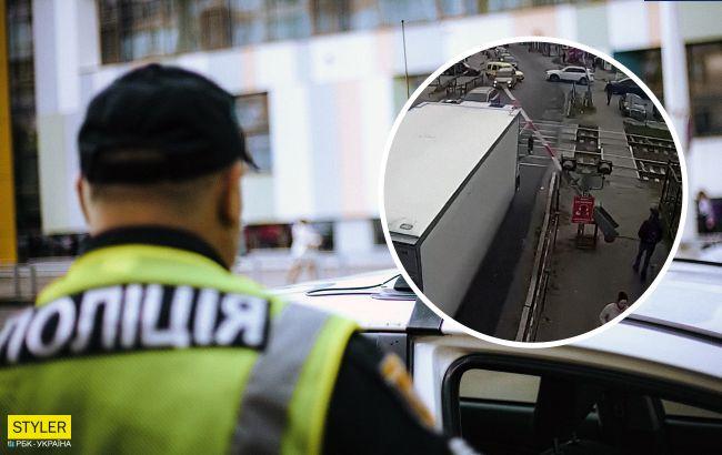 """Под Киевом водитель на глазах у полиции """"снес"""" шлагбаум, но они никак не отреагировали (видео)"""