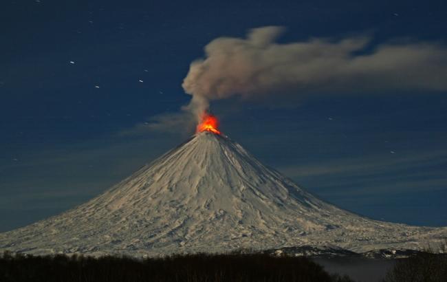 Фото: Ключевський вулкан на Камчатці знову викинув стовп попелу