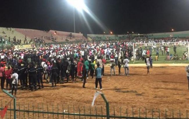 Фото: драка на стадионе в Сенегале (twitter.com/InfobaeAmerica)
