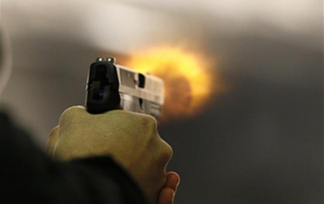 ВКиеве обидчик два раза выстрелил впрохожего и исчез