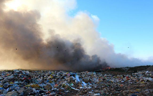 Фото: пожежники намагаються загасити пожежу на Трипільському сміттєзвалищі під Києвом