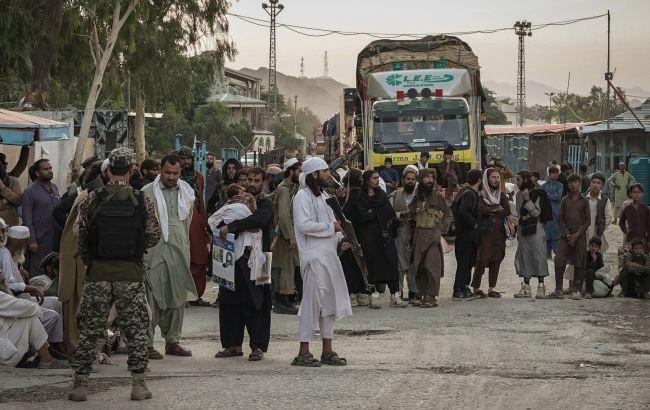 В Афганістані тисячі людей намагаються покинути країну через сухопутні кордони