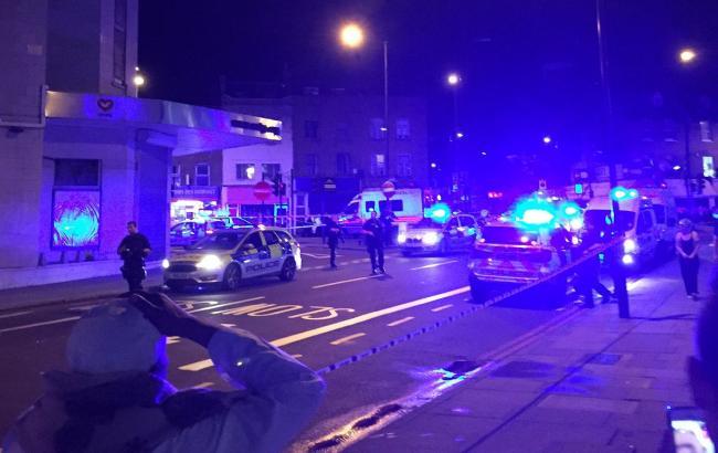 Фото: фургон наехал на людей в Лондоне (twitter.com/AlArabiya_Eng)