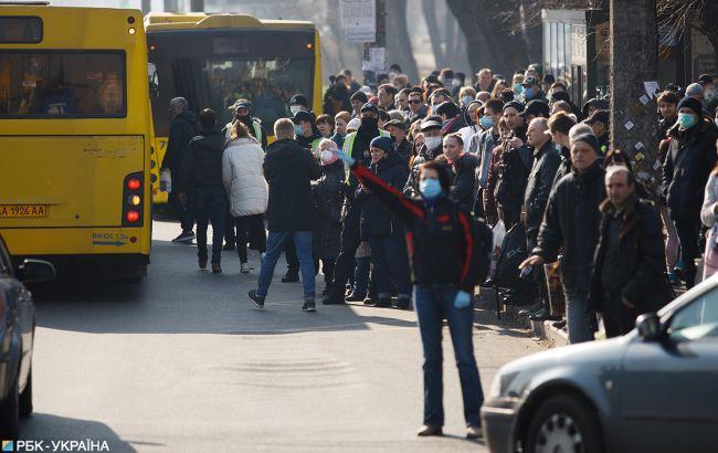 В Киеве показали гигантскую очередь на автобус: транспорта нет, но вы держитесь