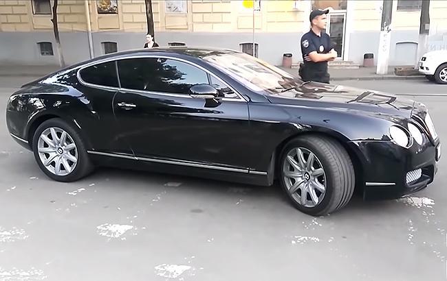 """Пытался наехать на журналистов: в Киеве поймали """"автохама"""" на Bentley (видео)"""