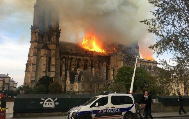 В Париже почти полностью потушили огонь в Нотр-Дам де Пари