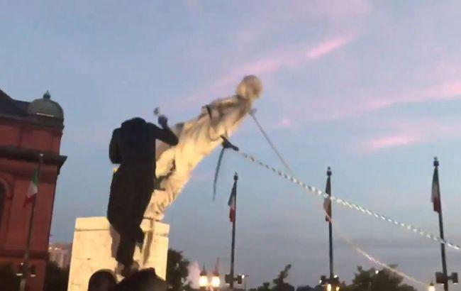 В США протестующие снесли и сбросили в залив памятник Колумбу