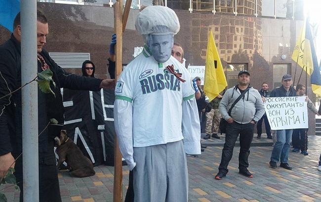 """В Одессе под стенами российского консульства сожгли чучело """"Путина"""""""