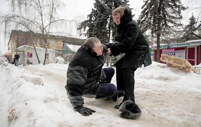 Фото: гололедица в Киеве (УНИАН)