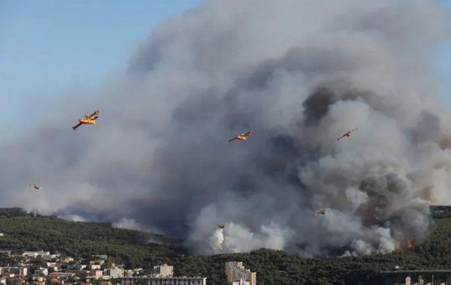 На юге Франции вспыхнул лесной пожар, тысячи людей эвакуировали