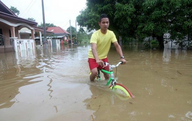 У Малайзії через повені евакуювали кілька тисяч людей