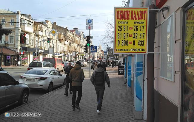 Гривна укрепилась за счет сезонных факторов: аграрии покупают гривну, а экспортеры активно продают валюту (Фото: РБК-Украина)