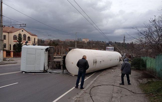 В Житомирі перекинулася цистерна з газом і перекрила дорогу