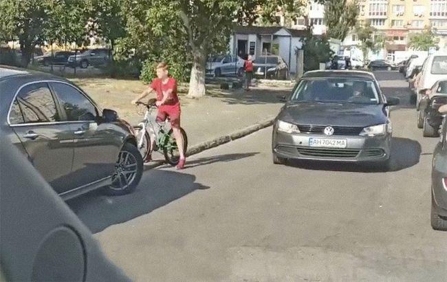 """В Киеве дети заблокировали водителя-нарушителя, но им чуть не """"влетело"""" (видео)"""
