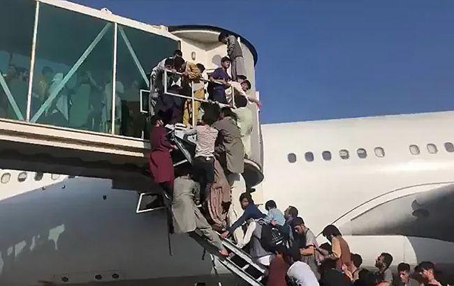 Ситуация в Афганистане: три человека погибли, упав с улетающего самолета