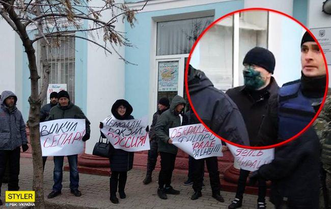 Їдь додому! Одіозного нардепа в Бердянську облили зеленкою (фото, відео)