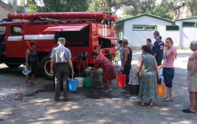 Фото: підвезення води в Авдіївці (dsns.gov.ua)