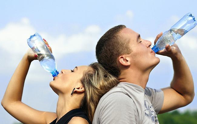 Какую воду лучше пить в жару: три важных совета