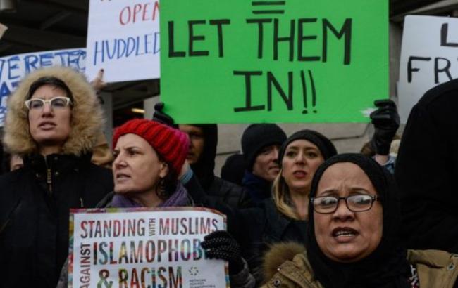 Фото: у Нью-Йорку проходить протест проти затримання біженців у аеропорту