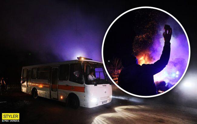 Камни в автобусы в Новых Санжарах бросали женщины: видео 18+