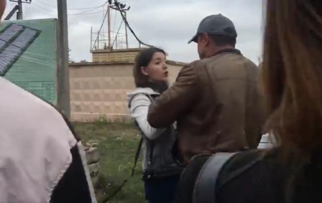 Скріншот кадру з відео: бізнесмен напав на журналістку (facebook.com/0564.ua)