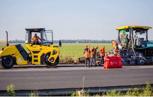 На трассе Днепр-Павлоград стартовало устройство финишного слоя дорожного покрытия