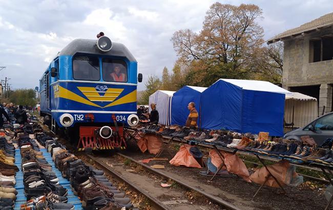 Базар-вокзал на Закарпатье: в сети показали шокирующие фото стихийного рынка на рейках