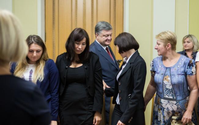 Фото: Петро Порошенко зустрівся з родичами полонених на Донбасі українців