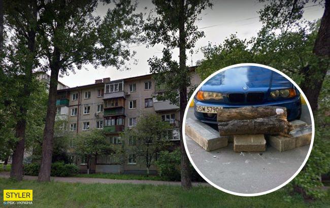 """В Киеве автомобиль """"замуровали"""" бетонными блоками: фото войны за парковку"""