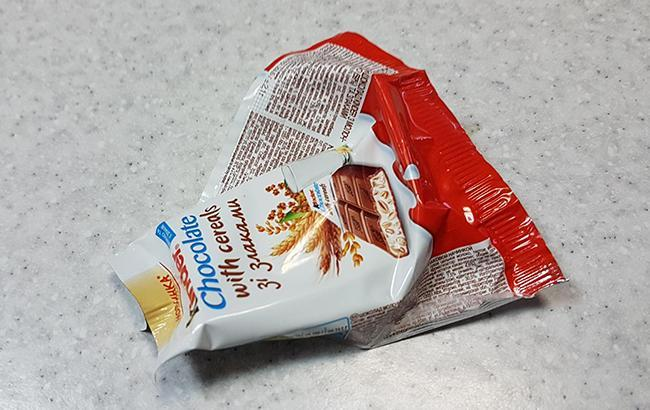 """""""Як так можна?"""" Вміст дитячої шоколадки збентежив мешканку Запоріжжя (фото)"""