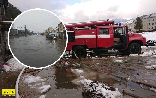 Українське село через потужні зливи пішло під воду: відео наслідків негоди