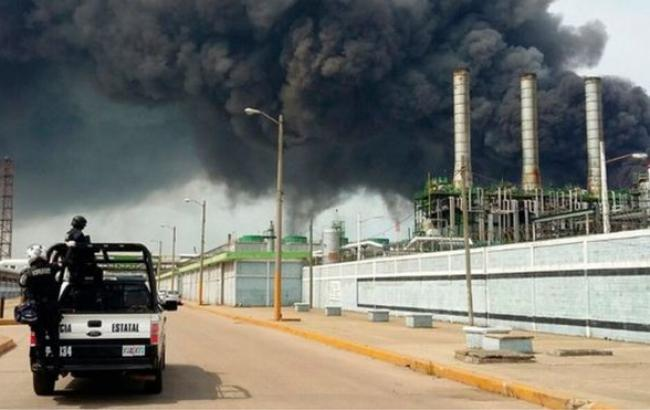 Фото: на нафтопереробному заводі у Мексиці прогримів вибух