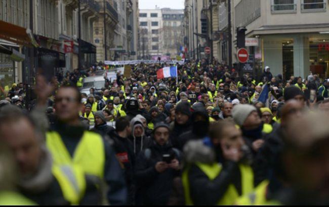 """В Париже полиция применила газ против """"желтых жилетов"""""""