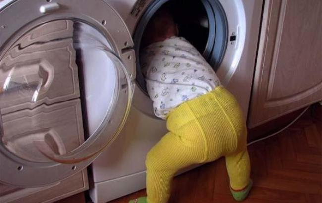 Фото: Ребенок в стиральной машинке (vb.kg)