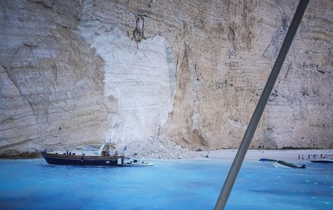 Фото: в Греции на плаже обрушилась скала (cmjornal.pt/2)