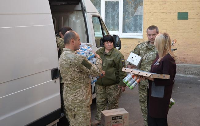 Фото: передача продуктів (mil.gov.ua)