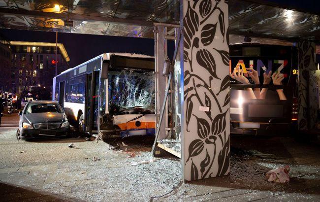 У Німеччині автобус протаранив 6 автомобілей, постраждали 23 людини