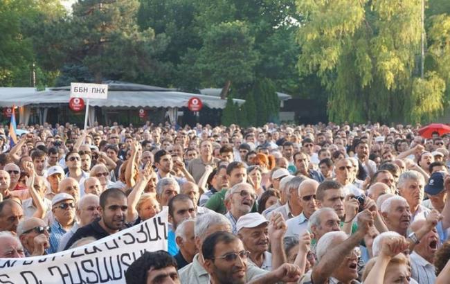 Тысячи жителей Еревана пикетируют администрацию Президента