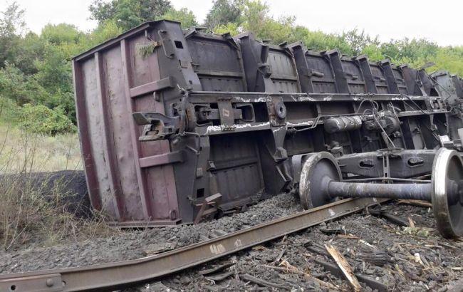 Фото: вагон з вугіллям, що зійшов з рейок