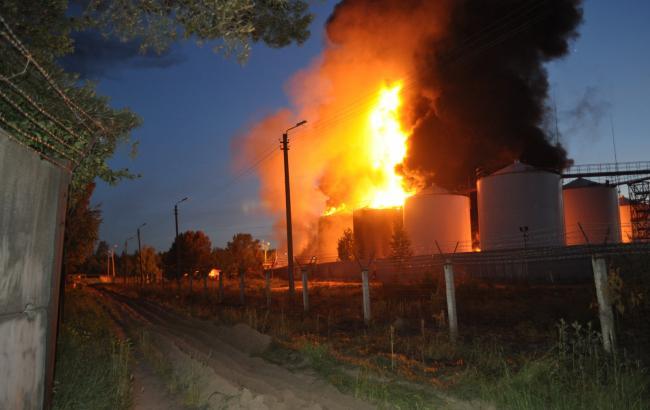 Пожарным осталось потушить только одну цистерну нанефтебазе под Киевом— ГосЧС
