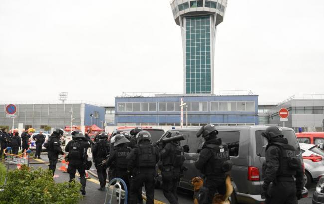 Фото: нападавший в аэропорту Парижа был под воздействием алкоголя