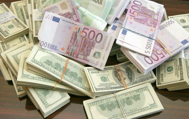 Фото: Доллары и евро (aif.ru)