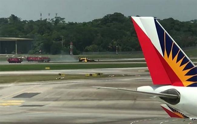 В Сингапуре во время авиашоу самолет врезался в заграждение и загорелся