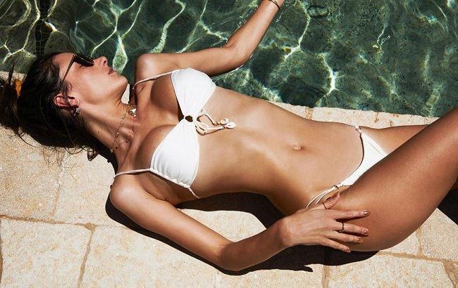 Пляжный ангел: Алессандра Амбросио заворожила невесомым летним образом  total white